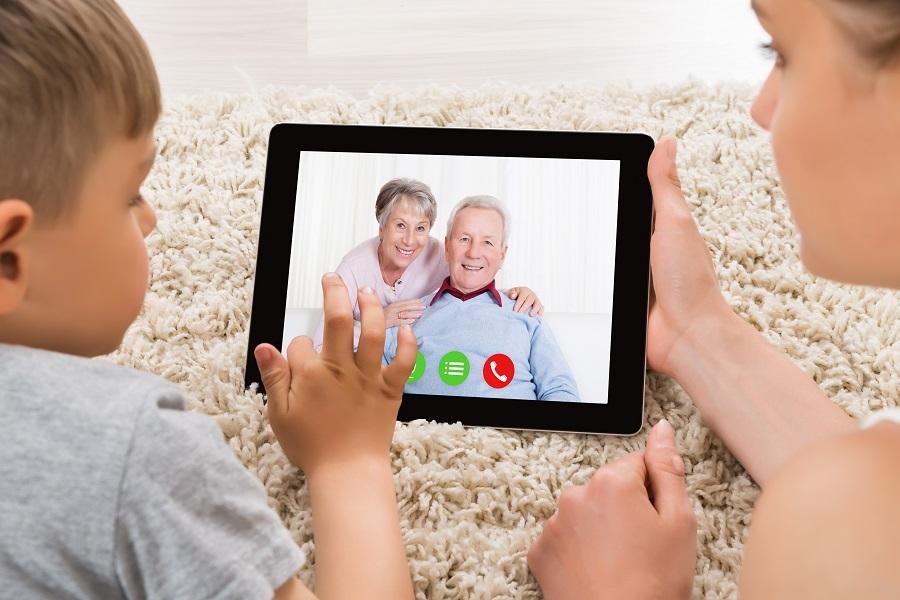 Quels sont les outils numériques pour rester en contact avec sa famille?